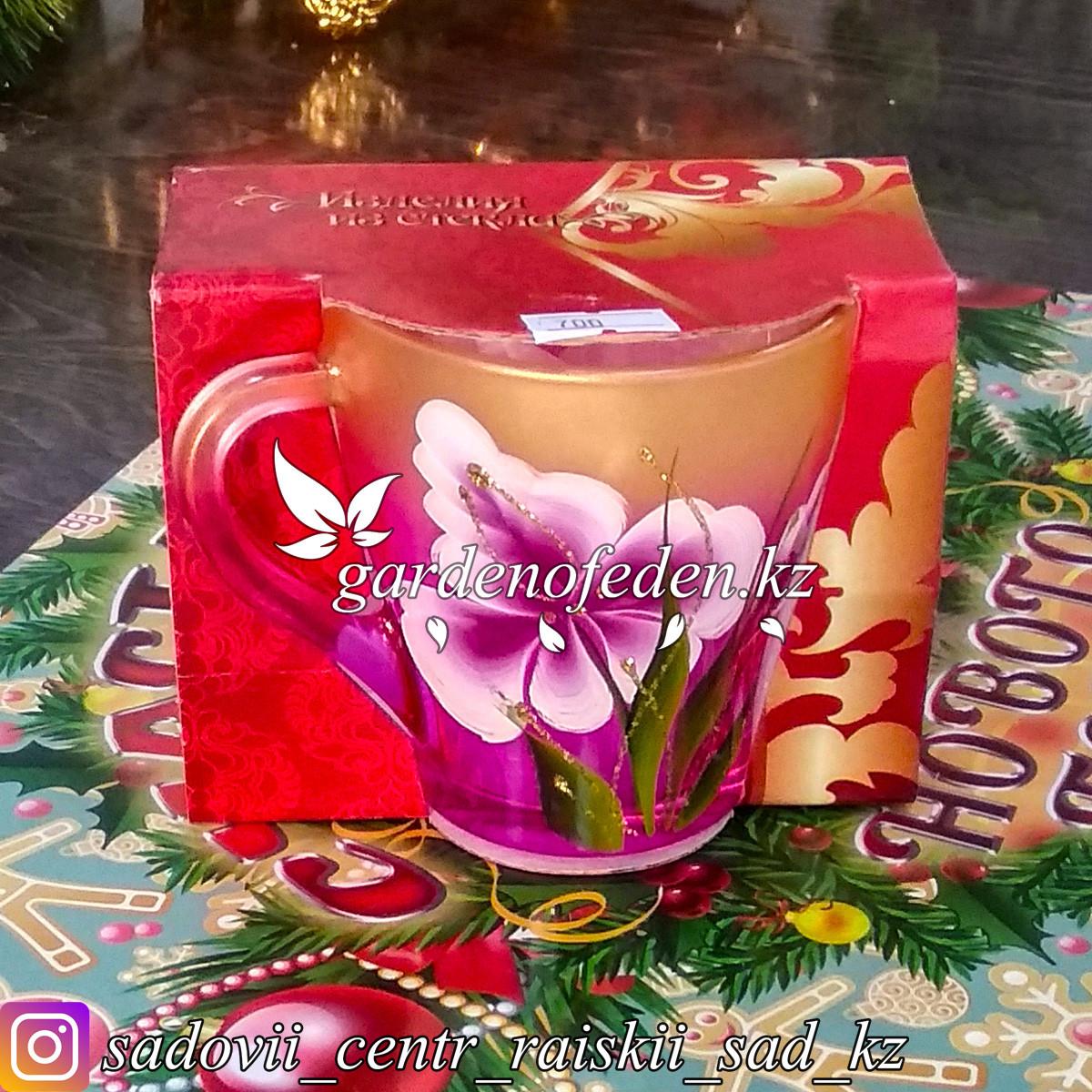 Кружка из цветного стекла с декором. Картонная упаковка. Цвет: Розовый/Золотой.