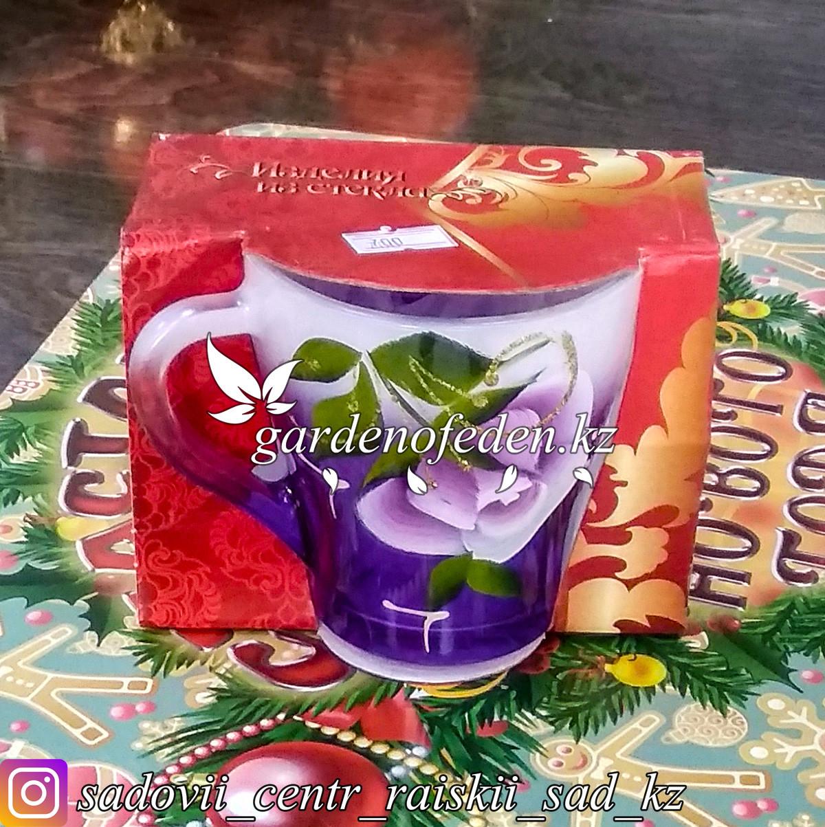Кружка из цветного стекла с декором. Картонная упаковка. Цвет: Фиолетовый/Сиреневый.