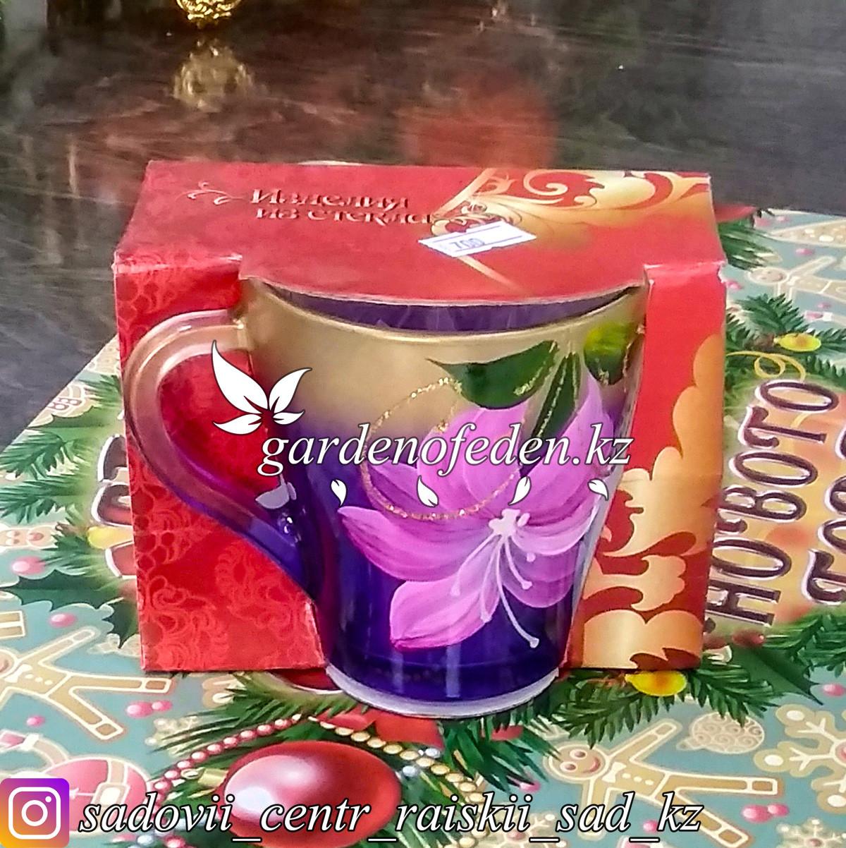 Кружка из цветного стекла с декором. Картонная упаковка. Цвет: Фиолетовый/Золотой.