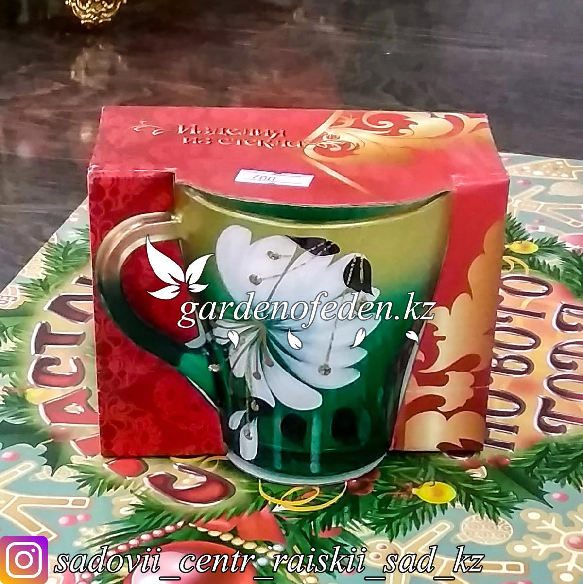 Кружка из цветного стекла с декором. Картонная упаковка. Цвет: Зеленый/Золотой.