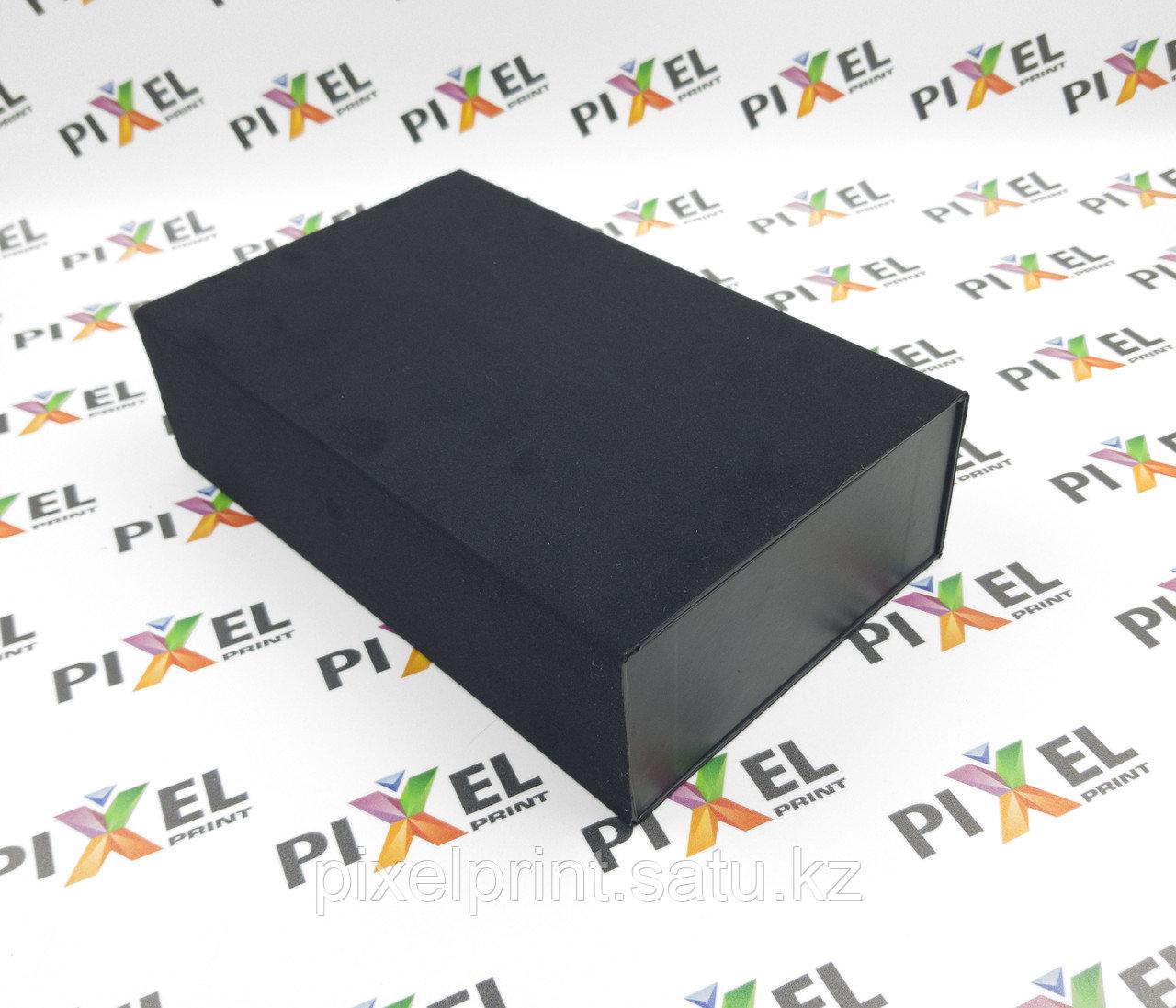 Подарочная коробка пенал с черным бархатом.