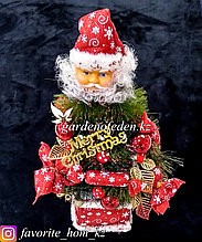 """Настольная фигурка """"Дед мороз с елкой"""" украшенная игрушками и конфетами."""