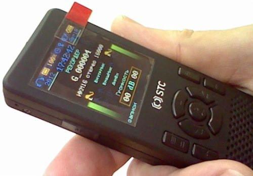 """Диктофон """"Гном-007"""" имеет большой информативный дисплей и удобно лежит в руке"""