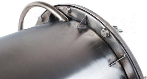 Крышка надежно герметизируется на 10 болтов