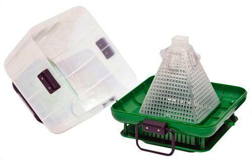 Ловушка Мухобей сделана в корпусе из прочного пластика, который допускает работу как в помещении, так и на улице
