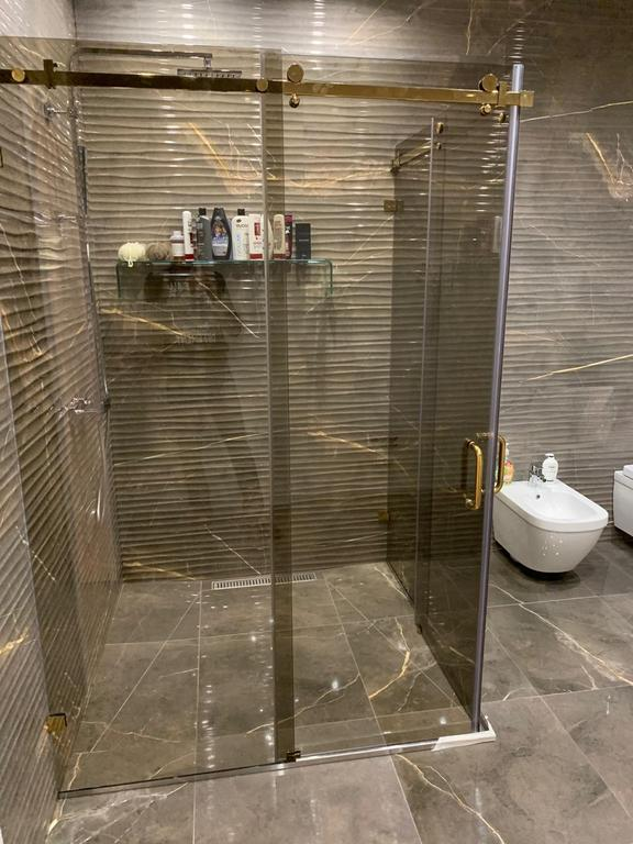 Реконструкция ванной комнаты с витражным окном. Размер = 4,3 х 3,8 х 3,3 м. Адрес: г. Иссык.