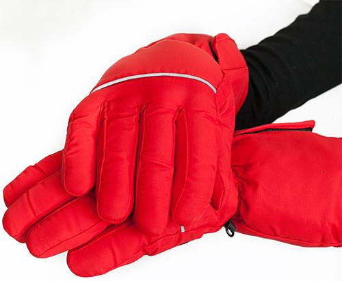 На внешней стороне перчаток имеется светоотражающая полоса