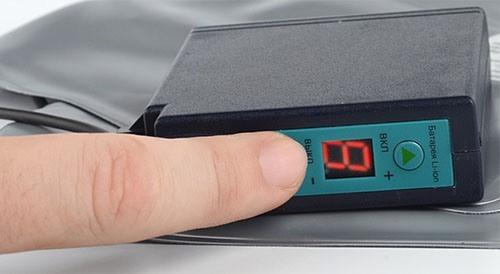Блок питания снабжен цифровым индикатором режимов и уровня заряда АКБ (нажмите на изображение, чтобы увеличить)
