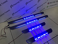 Пороги с бегущим подсветкой на Camry 70 2018- синяя подсветка