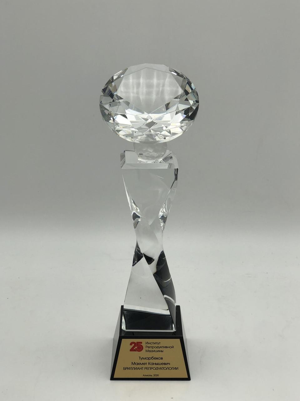 Статуэтка из хрусталя в форме бриллианта