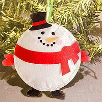 Набор для создания подвесной ёлочной игрушки из фетра «Шар - снеговик»