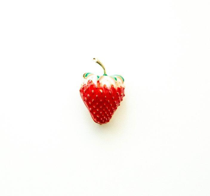 """Брошь """"Клубника"""" от Brosh Jewellery (красный) вставка Эмаль."""