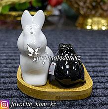 Набор для специй (солонка, перечница) на подставке. Материал: Керамика/Дерево. Цвет: Черный/Белый.