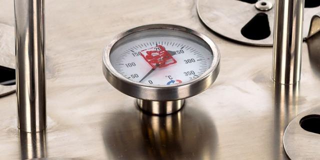Температуру приготовления различных блюд легко контролировать с помощью термометра в крышке гриля