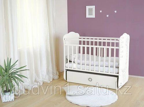 Детская кроватка с поперечным маятником и ящиком СКВ-4 Жираф 440001 белый
