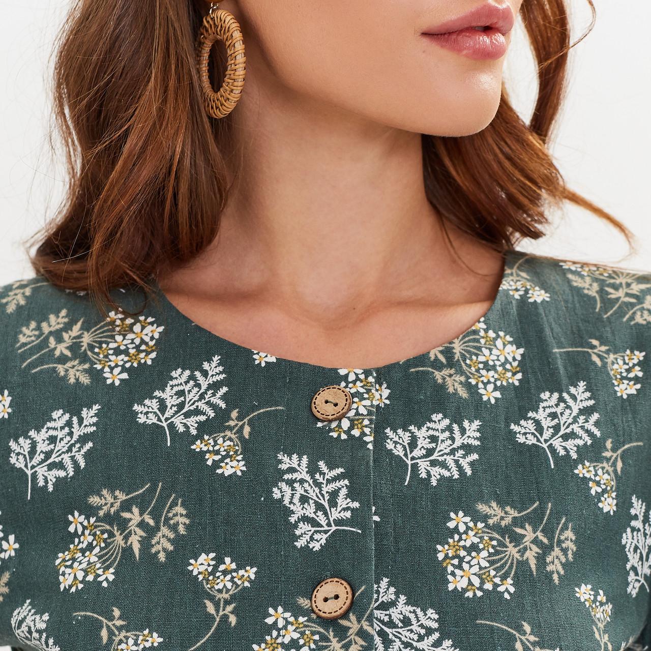 Льняное платье-халат зеленого цвета с растительным принтом. - фото 6