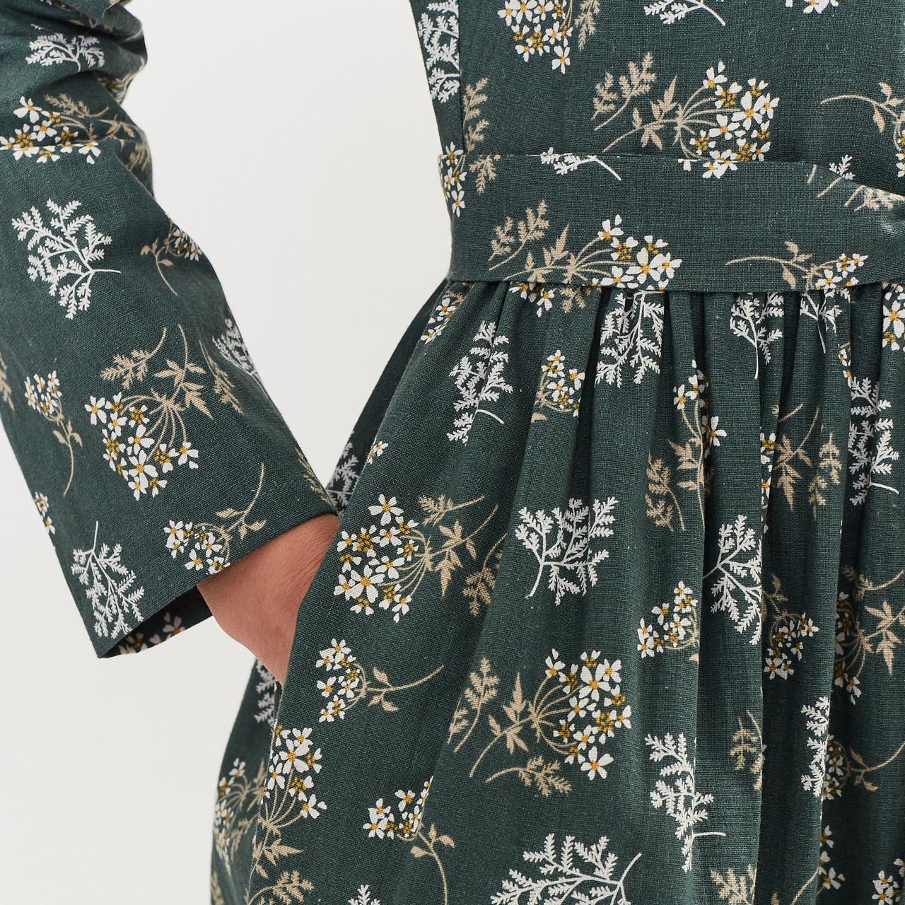Льняное платье-халат зеленого цвета с растительным принтом. - фото 7
