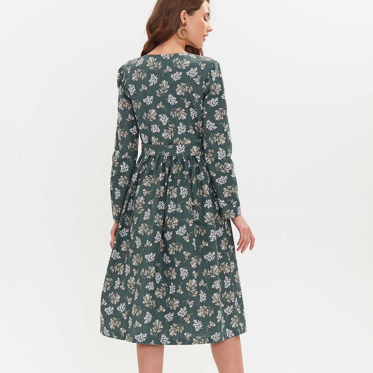 Льняное платье-халат зеленого цвета с растительным принтом. - фото 8