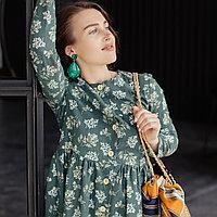 Льняное платье-халат зеленого цвета с растительным принтом.
