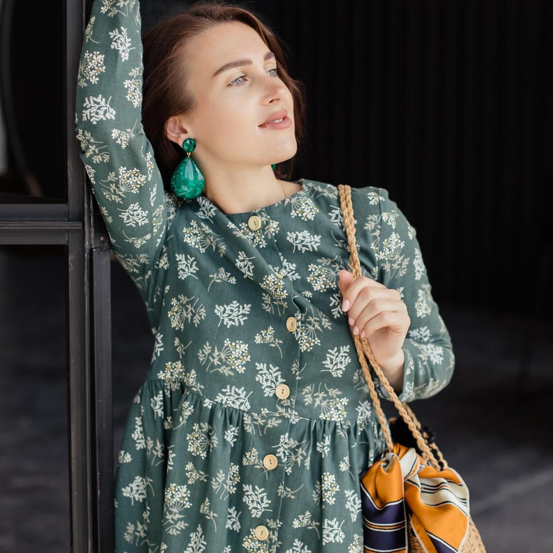 Льняное платье-халат зеленого цвета с растительным принтом. - фото 1