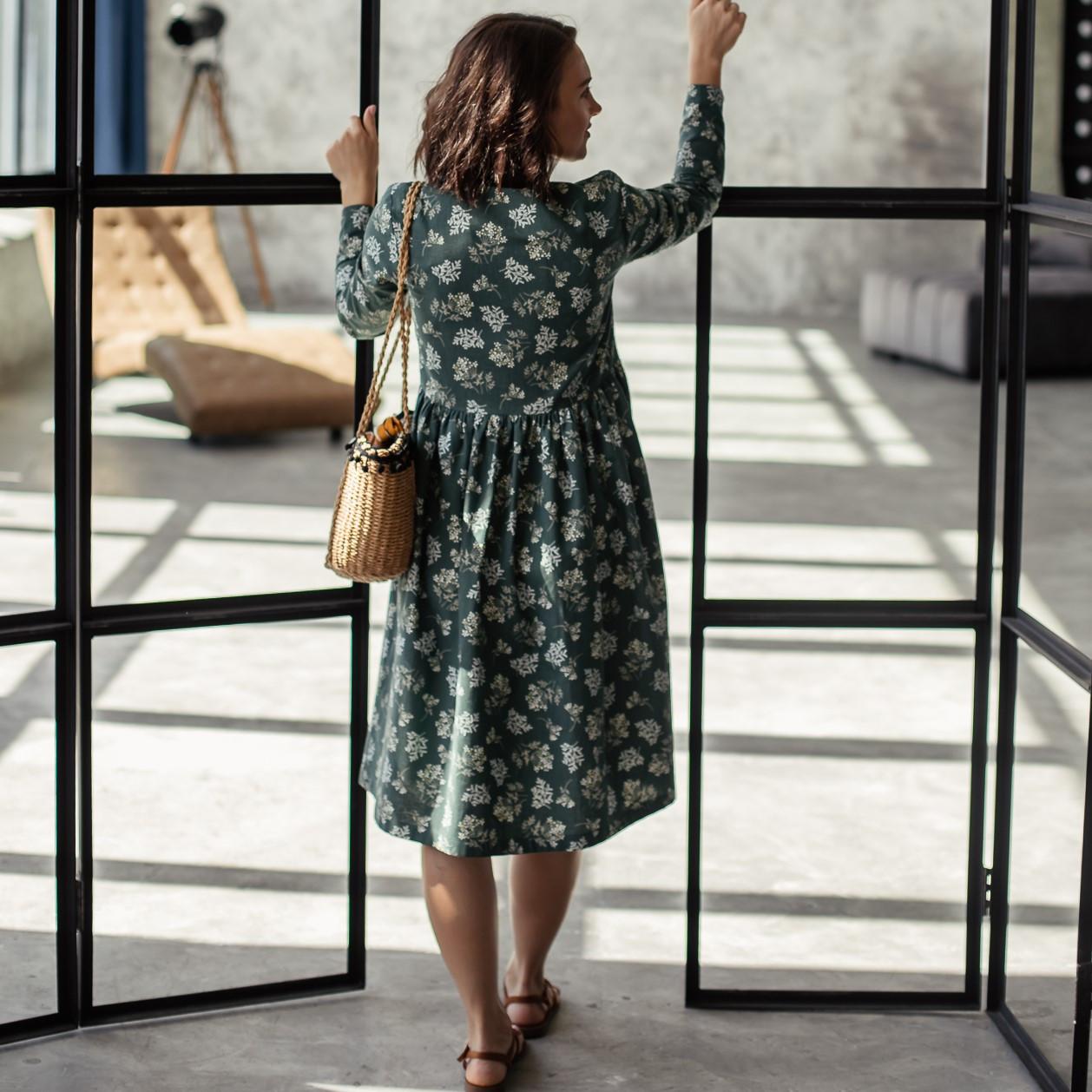 Льняное платье-халат зеленого цвета с растительным принтом. - фото 3