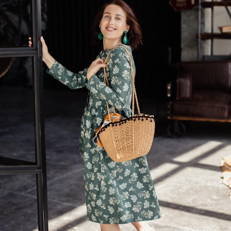 Льняное платье-халат зеленого цвета с растительным принтом. - фото 2
