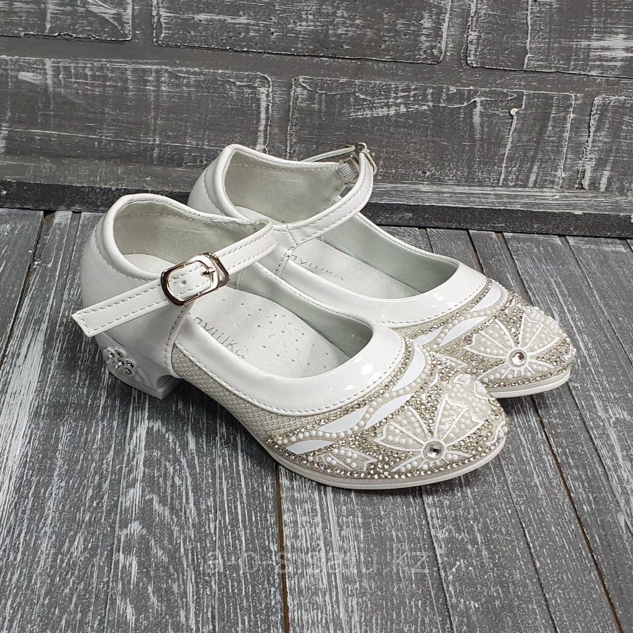 Туфли беленькие на каблуке