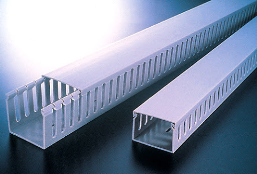 KKC 8080; Перфорированный короб с крышкой, 80x80 (ШхВ) Широкий шаг перфорации