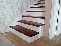 Лестница с деревянными балясинами и перилами, фото 1