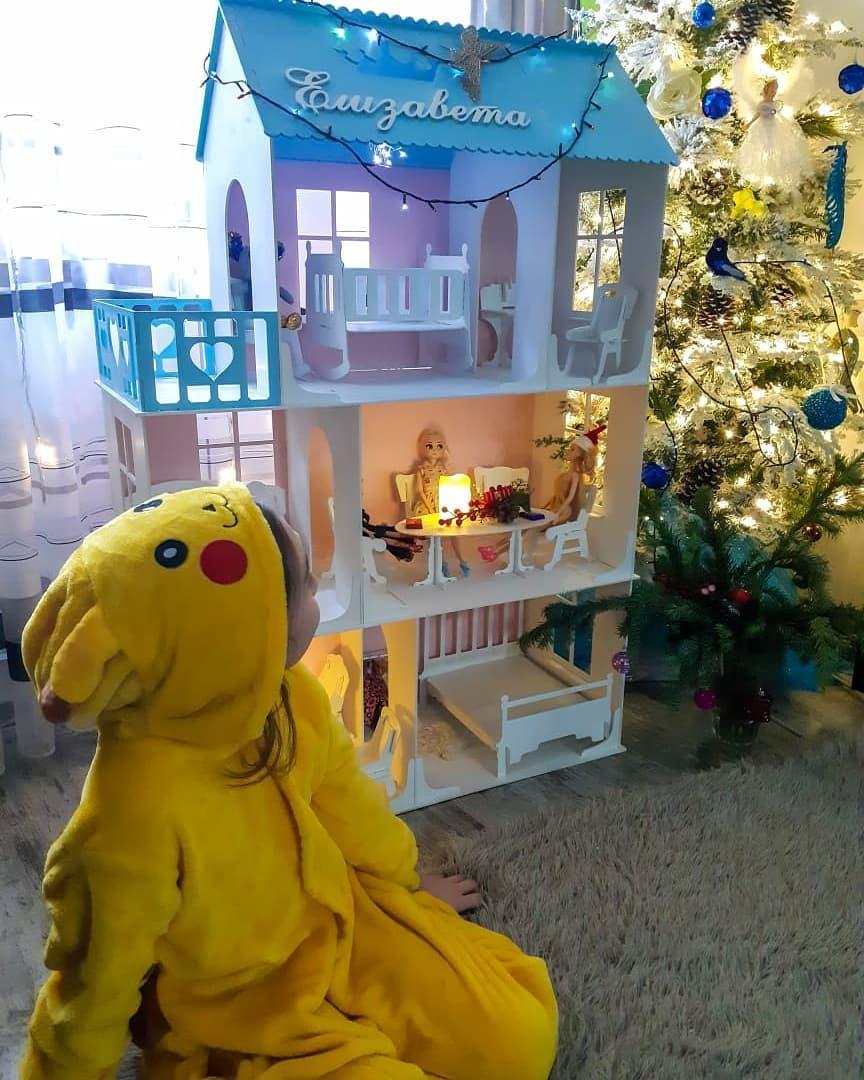 Большой кукольный домик (в комплекте 17 предметов мебели)