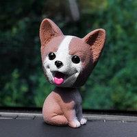 Собака на панель авто, качающая головой, хаски, коричневый