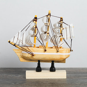 Корабль на фигурной деревянной подставке 8 см, белые паруса