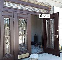 Входная двухстворчатая дверь с коваными элементами
