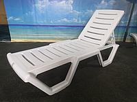 Лежак-шезлонг пластиковый «Атлант», цвета шоколад, бежевый, белый