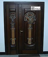 Двери распашные двухстворчатые с ковкой и стеклом