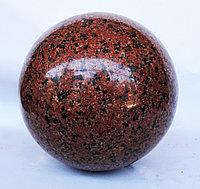 Шар из красного гранита, диаметр 14 см.