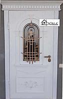 Белая дверь с ковкой и стеклом