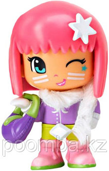 Кукла Пинипон в зимней одежде со снежинкой