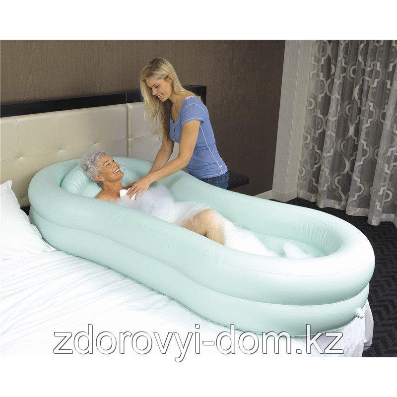 Ванна надувная для мытья тела человека на кровати