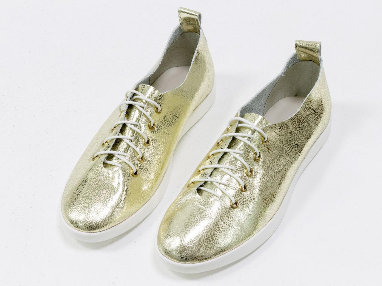 Невероятно легкие туфли-кеды из натуральной кожи золотого цвета на яркой белой подошве - фото 5