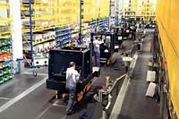 Все больше китайских фабрик открылось вновь.