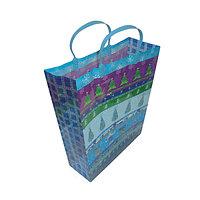 Новогодний подарочный пакет, пластик с изображением елочек, размер: 28,5x37x10 см.