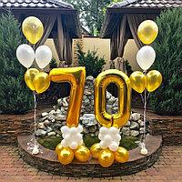Золотые цифры и два фонтанчика из шаров