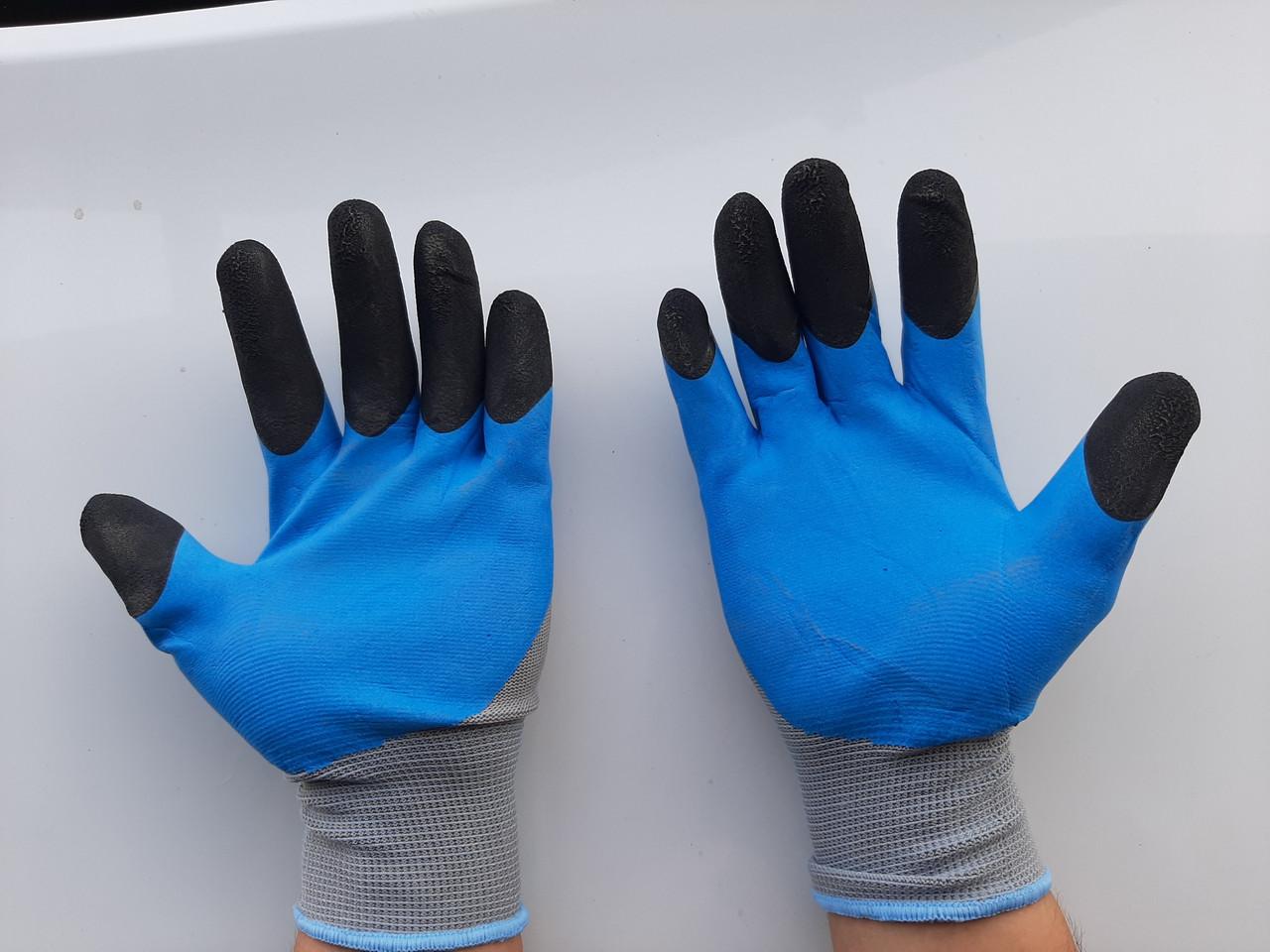 Рабочие перчатки с защитным слоем.