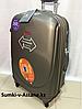 Большой пластиковый дорожный чемодан на 4-х колесах Ambassador. Высота 79 см, длина 49 см, ширина 28 см.