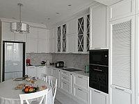 Кухня в стиле неоклассика, шкафы с дверками-жалюзи, фото 1