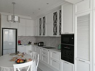 Кухня в стиле неоклассика, шкафы с дверками-жалюзи