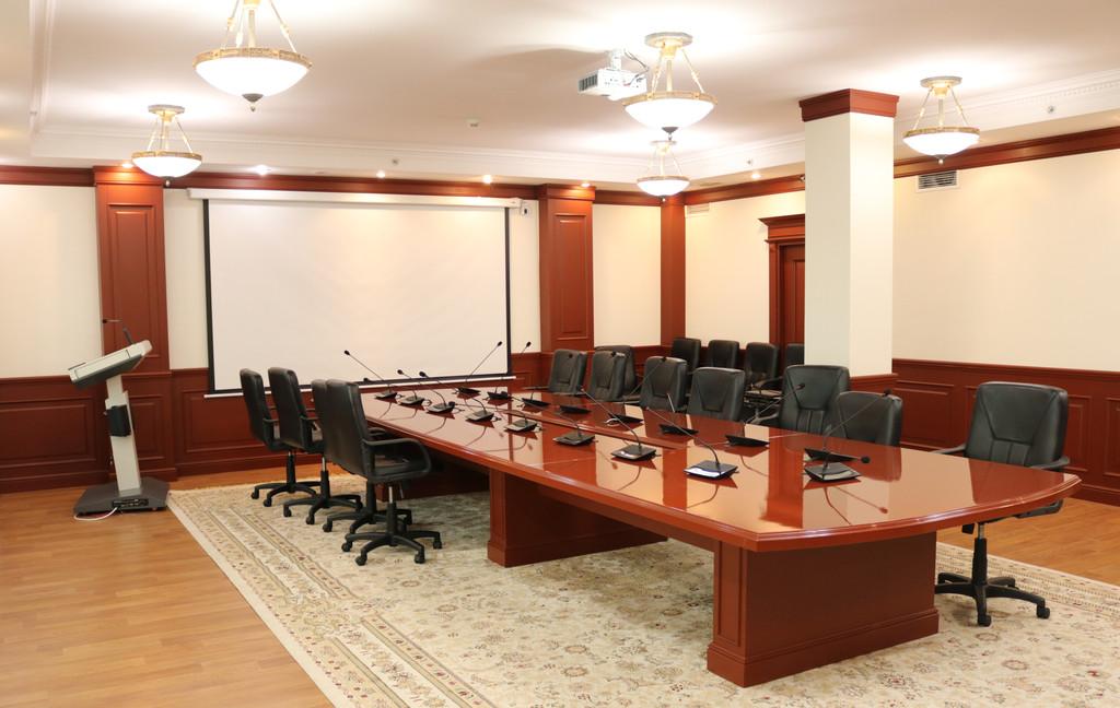 Оснащение малого  конференц-зала проектором, интерактивной трибуной и конференц-системой
