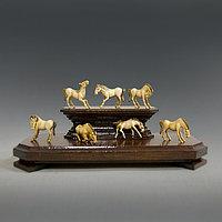 СЕМЬ НЕБЕСНЫХ КОНЕЙ Группа миниатюрных скульптур из слоновой кости в виде фигурок лошадей.