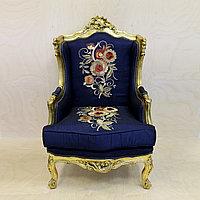 Антикварные кресла в дворцовом стиле